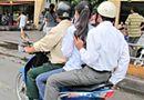 Tình huống pháp luật - Xe mô tô, gắn máy được phép chở hai người khi nào?
