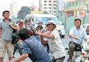 An ninh - Hình sự - Công an viên hùa cùng 3 con trai cầm dao đuổi đánh người