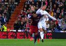 Bóng đá - Ronaldo tung cùi chỏ khiến Alves nhận thẻ vàng oan ức