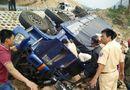 Tin trong nước - Lật xe tải trên đèo Mang Yang, tài xế mắc kẹt 3 giờ trong cabin