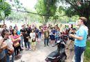 Sức khoẻ - Làm đẹp - Theo chân ông Tây lội mương nhặt rác ở Hà Nội