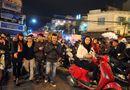 Giới trẻ háo hức chờ đón năm mới tại Hồ Hoàn Kiếm, Hà Nội