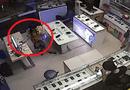 Đời sống - Clip: Nữ khách hàng trộm smartphone trước mặt bảo vệ