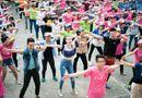 Chuyện làng sao - Hoàng Anh, Trà Ngọc Hằng lập kỷ lục Guiness cùng 1000 bạn trẻ