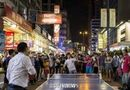 Người biểu tình Hong Kong ăn lẩu, đánh bóng bàn giữa đường