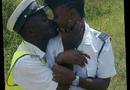 Tin thế giới - Hai cảnh sát bị sa thải chỉ vì đăng ảnh hôn nhau lên Twitter