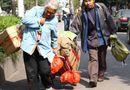 Tin thế giới - Cha mẹ già vác bao tải tiền xu đóng học phí cho con