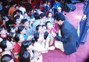 Tin tức giải trí - Chế Linh quỳ trên sân khấu ký tặng fan hâm mộ