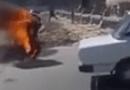 Video-Hot - Tài xế tưới xăng tự thiêu trước doanh trại quân đội Ai Cập