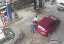 Video-Hot - Cán bộ ngân hàng dùng vòi bơm đánh nhân viên cây xăng