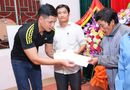 Tin tức giải trí - Bình Minh, Nguyễn Hồng Thuận đội mưa tặng quà, xây nhà cho người dân vùng lũ