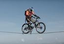 Video-Hot - Tim đập chân run nhìn phượt thủ đạp xe trên dây ở độ cao hơn 100m