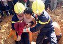 Tin trong nước - Giải cứu bé trai mắc kẹt 3 giờ dưới trụ điện