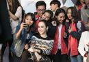 Tin tức giải trí - Angela Phương Trinh xuất hiện sành điệu, được các fan vây kín