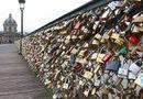 """Tin thế giới - Paris bán 65 tấn """"khóa tình yêu"""" để quyên tiền cho người tị nạn"""
