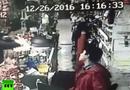 Video-Hot - Nhân viên thu ngân 17 tuổi giật súng của kẻ cướp trong chớp mắt