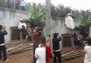 Cộng đồng mạng - Tranh cãi quanh bức ảnh cô dâu mang bầu mặc váy cưới trèo tường trong ngày cưới