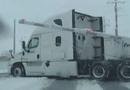 Video-Hot - Tàu hỏa đâm gần đứt đôi toa moóc chở hàng ở Mỹ