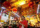 Tin thế giới - Người dân châu Á đi chùa cầu năm mới may mắn, bình an