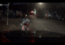 Video-Hot - Xe máy chạy ngược chiều, bắt ôtô tránh đường