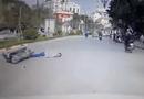 Video-Hot - Giật mình phanh gấp, người đàn ông đi xe máy không đội mũ bảo hiểm ngã bất động