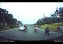 Video-Hot - Thanh niên rơi lộn nhào khỏi xe máy kẹp ba giữa phố Hà Nội