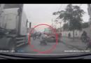 Video-Hot - Xe máy chở cồng kềnh suýt chết khi ngã vào container