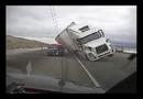 Video-Hot - Bị gió thổi lật, xe đầu kéo đè bẹp xe cảnh sát