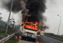 Tin trong nước - Xe tải bốc cháy dữ dội trên đại lộ Thăng Long