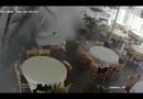 Video-Hot - Xe trộn bê tông mất phanh lao vào quán ăn như