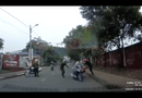 Video-Hot - Thanh niên dắt xe máy tông vào người khác trước mặt công an