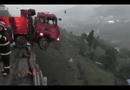 Video-Hot - Xe tải chở gia đình đâm qua rào chắn, treo lơ lửng bên bờ vực