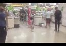 Video-Hot - Bé gái bị mẹ đánh ngã sấp mặt ở siêu thị vì làm mất gói kẹo