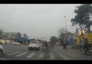 Video-Hot - Ôtô vượt đèn đỏ còn chặn đầu xe máy