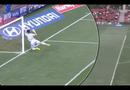 Video-Hot - Thủ môn đập mặt vào cột dọc vì cố cứu thua