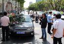 Tin trong nước - TP. Hồ Chí Minh xử phạt hàng loạt xe ô tô biển xanh đậu trên vỉa hè
