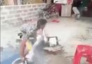 Video-Hot - Chàng trai lãnh đủ vì bị đám bạn chơi khăm lúc giặt quần áo