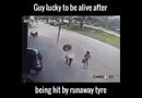 """Video-Hot - May mắn thoát chết sau khi lốp xe """"bay"""" trúng đầu"""