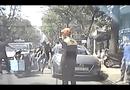 Video-Hot - Bạn gái bị què chân vì thanh niên chạy SH tạt đầu taxi