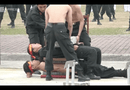 Video-Hot - Nữ cảnh sát đặc nhiệm dùng yết hầu đè cong thanh sắt nhọn