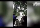Video-Hot - Ông bố Trung Quốc treo con lơ lửng trên sông để dạy toán