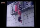 Video-Hot - Ở nhà một mình, bé gái rơi kẹt đầu ở
