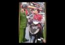 Video-Hot - Clip: Người phụ nữ trẻ đi SH tung chân đạp cảnh sát