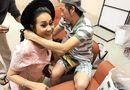 Chuyện làng sao - Hoài Linh tặng vòng cổ trầm hương giá chục triệu cho nghệ sĩ Thanh Hằng