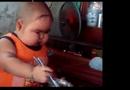 Video-Hot - Video: Cậu bé có cặp má bánh bao ăn cơm yêu không thể tả