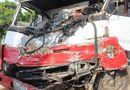 Tin trong nước - Xe tải nát đầu sau tai nạn liên hoàn, tài xế mắc kẹt trong cabin