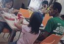 Cộng đồng mạng - Bức ảnh người cha nghèo nhìn 2 con gái say sưa ăn gà rán gây sốt dân mạng