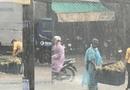 Cộng đồng mạng - Ấm lòng với cử chỉ của chàng trai giữa cơn mưa trắng trời như trút nước