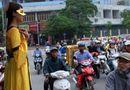 Cộng đồng mạng - Bật cười với chiến dịch quảng cáo thuê các cô gái đeo mặt nạ đứng bất động 4 tiếng trên đường phố