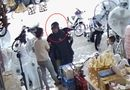 An ninh - Hình sự - Trích xuất camera truy tìm người đàn ông mặc áo mưa trộm ví người mua hàng